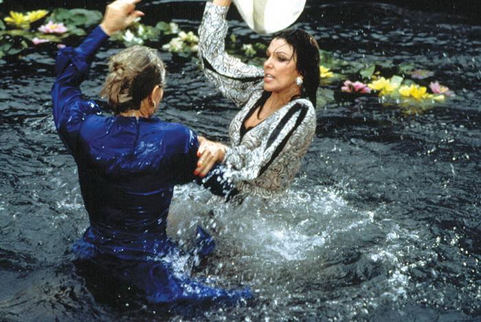 Сцена драки главных героинь в пруду с лилиями