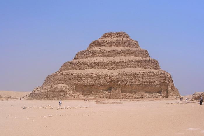 Ступенчатая пирамида Джосера. Фараон Джосер правил в середине XXVII века до н.э.