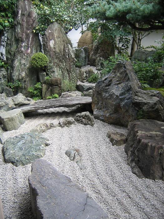 Сад камней Дайсэн-ин существует с XVI века