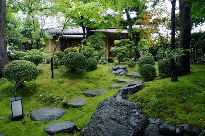Сад перед чайным домиком