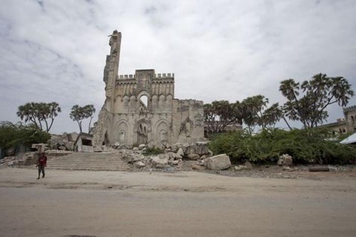 Большая часть зданий в городе разрушена