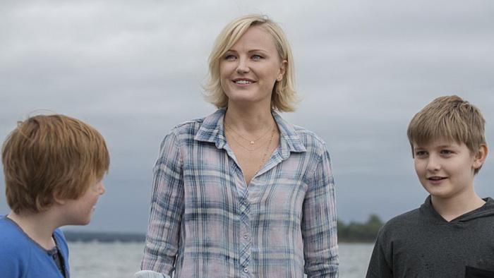 В начале сериала показаны счастливые семьи героев, но с нарастанием напряжения ситуация меняется