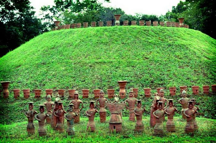 Количество глиняных фигур на склонах кофуна могло достигать нескольких тысяч