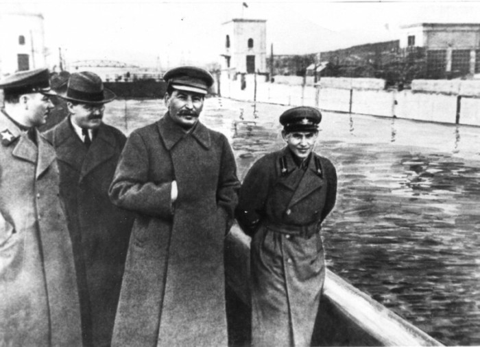 Фото, на котором по левую руку от Сталина запечатлен Николай Ежов