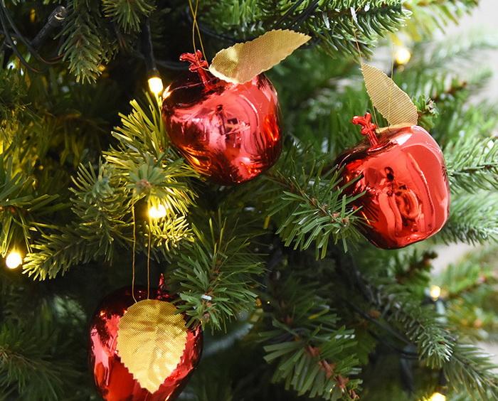Яблоки на елке - естественное и красивое зрелище, если елка эта - рождественская