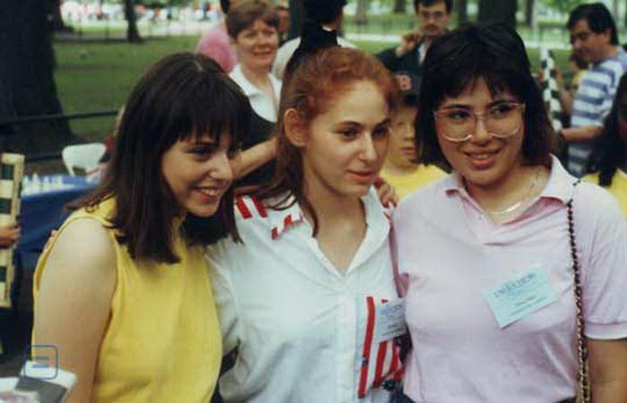 Сестры изучали иностранные языки; старшая, Жужа, владеет, помимо венгерским, еще шестью