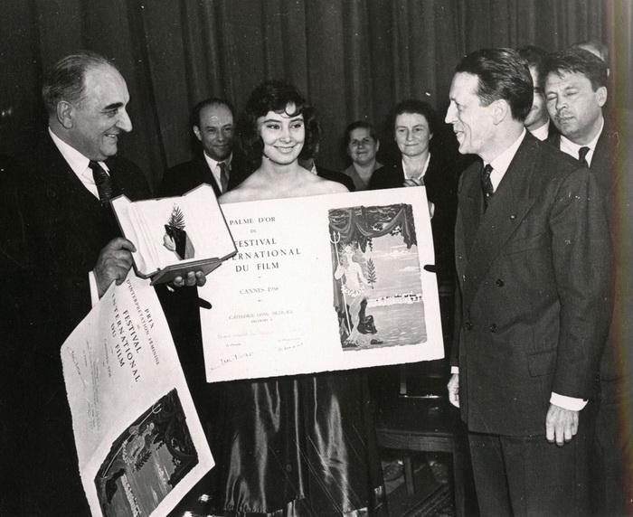 В 1958 году Золотой пальмовой ветвью был награжден фильм МиÑаила Калатозова «Летят журавли»