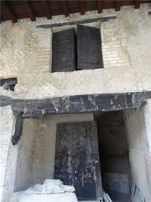Обугленные ставни дома в Геркулануме
