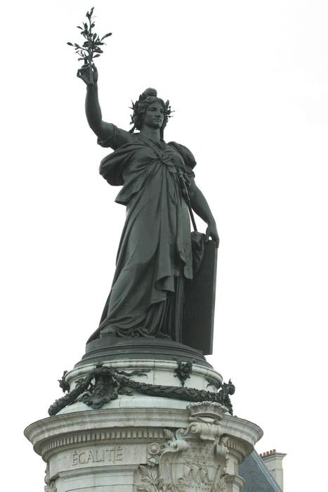 Скульптура Марианны на площади Республики