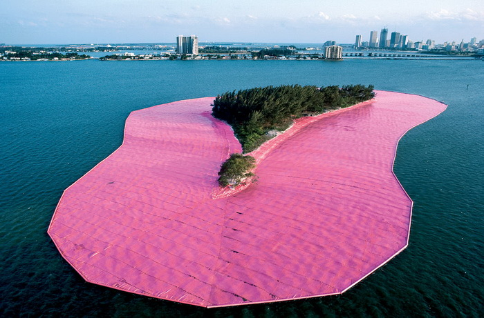 Один из островов, окруженных розовой тканью