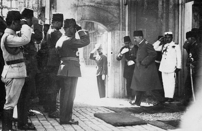 Последний султан Османской империи Мехмед VI покидает Стамбул