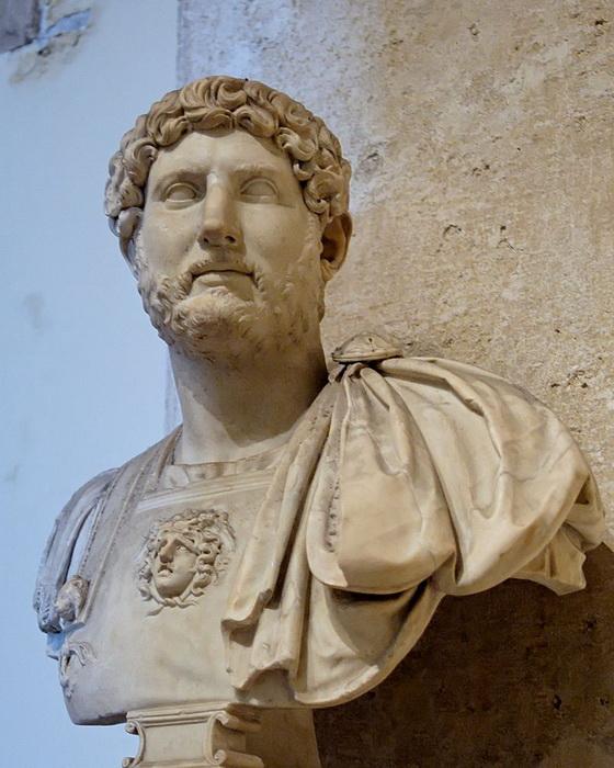 Император Адриан носил бороду, стремясь скрыть несовершенство кожи лица, и тем ввел моду на «бородатых» императоров