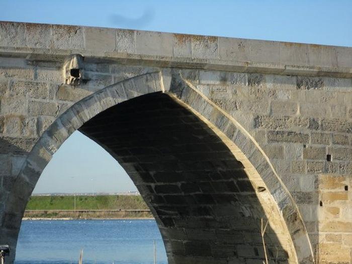 На мосту Бююкчекмедже еще сохранился один из самых старинных птичьих домиков