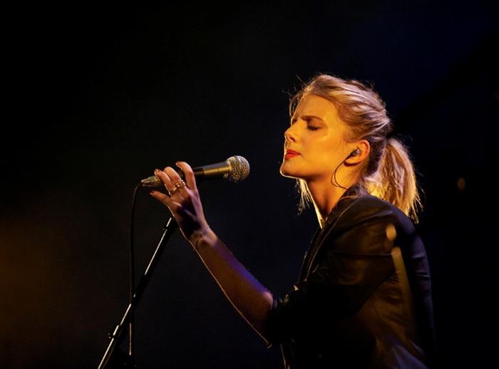 Мелани Лоран - автор и исполнитель песен