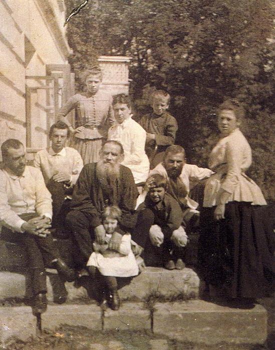 Лев Толстой с семьей в 1887 году