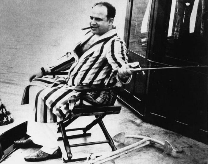Аль Капоне заказывал у портных дорогие костюмы, любил сигары, драгоценные украшения, крепкие напитки и женское общество