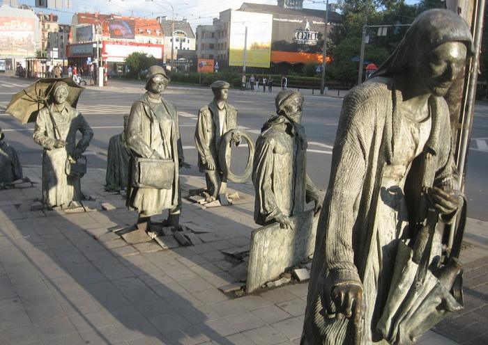Другое название скульптуры - «Памятник анонимному прохожему»