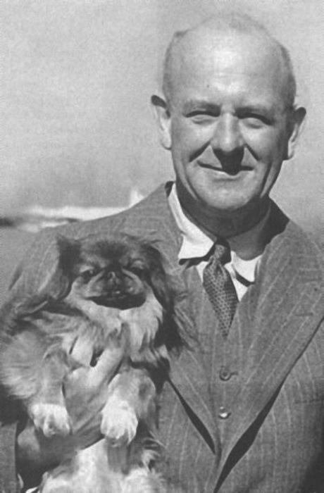 Улыбка и собака - почти неизменные составляющие немногочисленных фотографий Вудхауса