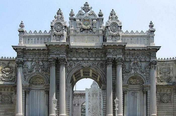 Великолепный дворец Долмабахче - пристанище не только исторических ценностей, но и десятков пернатых обитателей