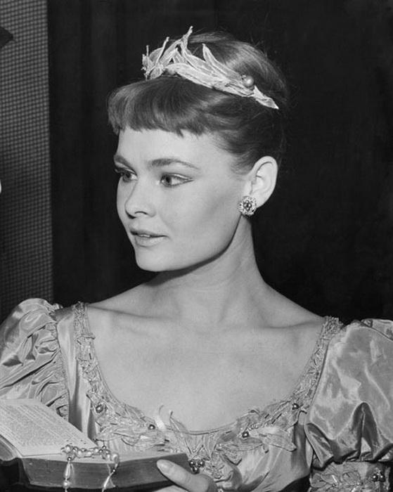 Уже в молодости Денч была признана талантливой и многообещающей актрисой