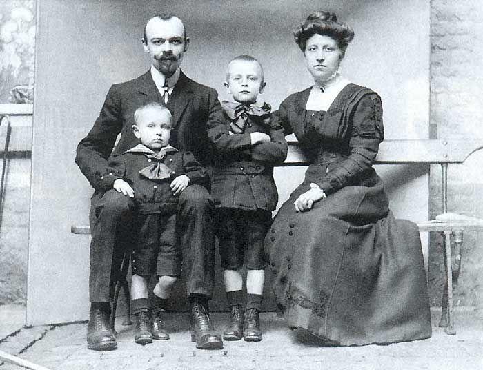 Жорж Сименон с родителями и младшим братом