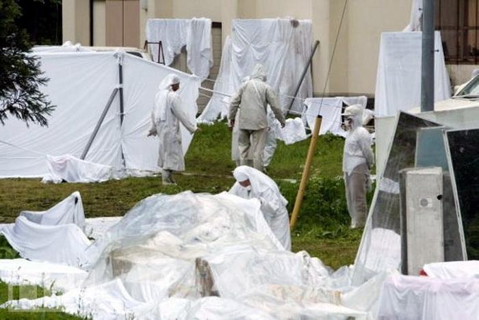 Последователи этого культа спасаются от электромагнитных волн, заворачивая себя и окружающие предметы в белые ткани