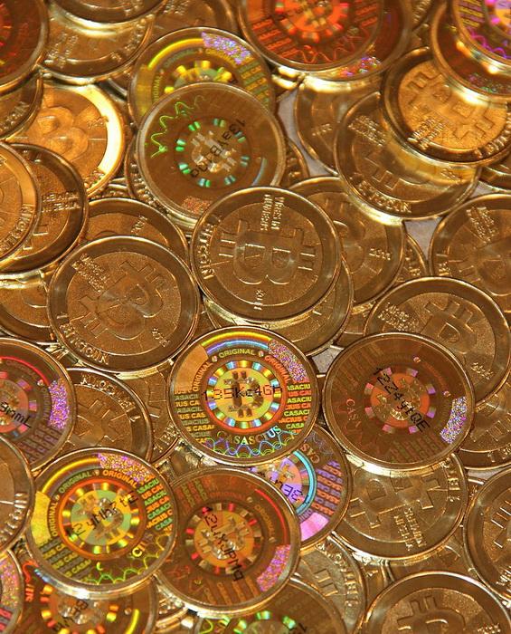 Биткойны в своем физическом воплощении были впервые выпущены в 2011 году. Каждая монета содержит указание на биткойн-адрес и скрытый ключ.