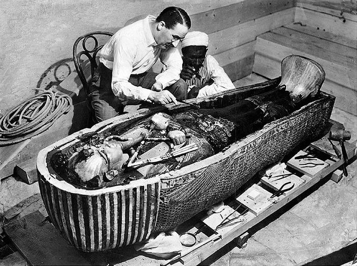 Археолог Говард Картер над саркофагом Тутанхамона