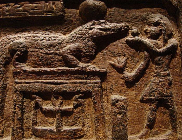 Изображение кормления жрецом священного крокодила