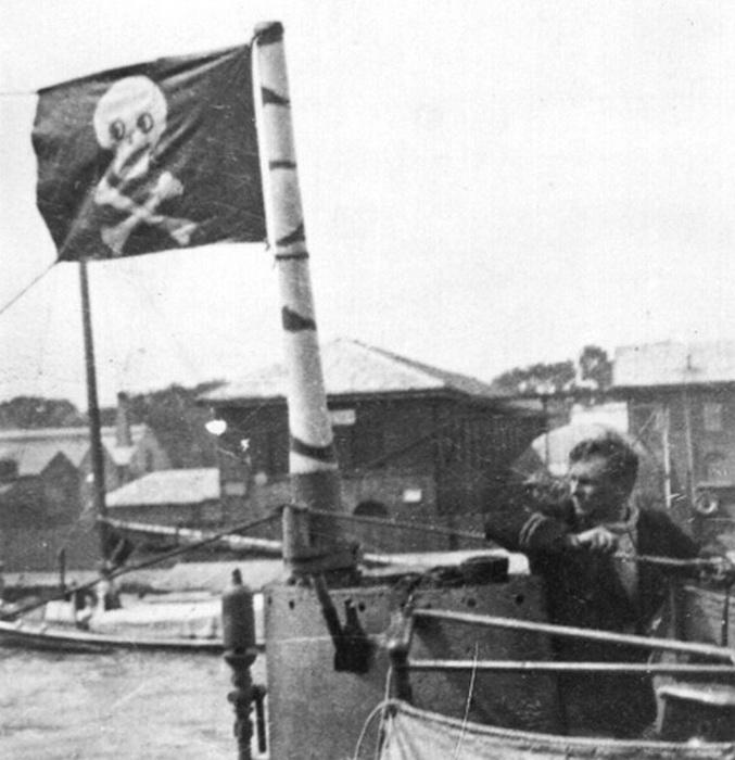 Веселый Роджер над английской подводной лодкой в 1914 году