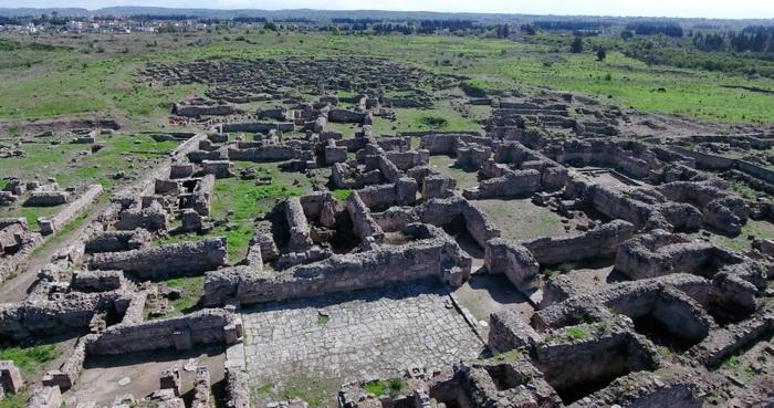 Руины дворца в Угарите, Дворец состоял из сотни залов и дворов. Первое поселение в этих местах возникло около восьми тысяч лет назад