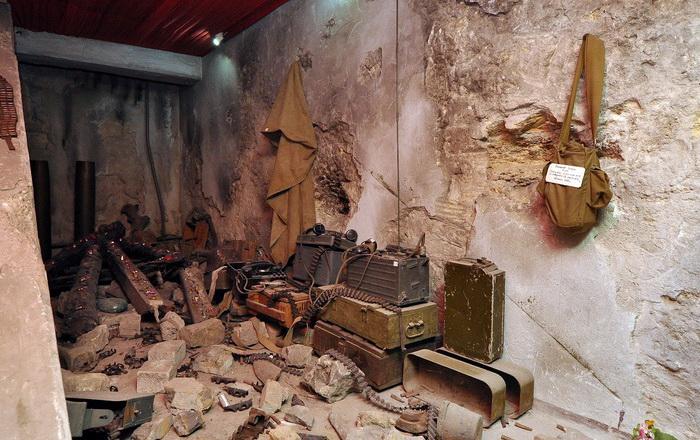 В помещении, где подошедшее подкрепление обнаружило остатки отряда, воспроизведена обстановка тех дней