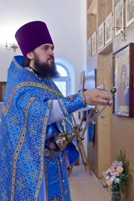Поручи носят в знак того, что через священнослужителя действует сам Господь
