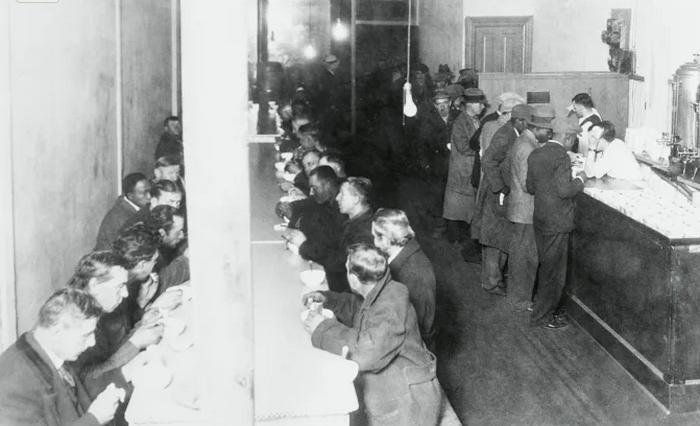Внутри столовой. Фото 1930 года