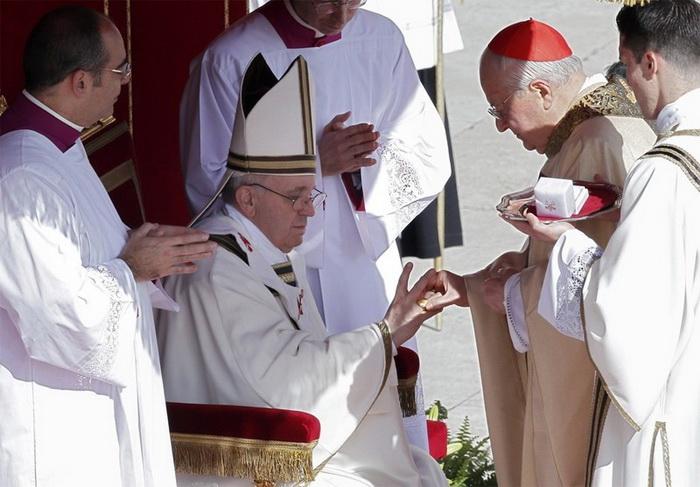 Кольцо надевают новому папе во время церемонии коронации или интронизации