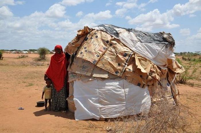 Сомалийцы часто живут не в капитальных зданиях, а в самодельных палатках; мебели в домах нет