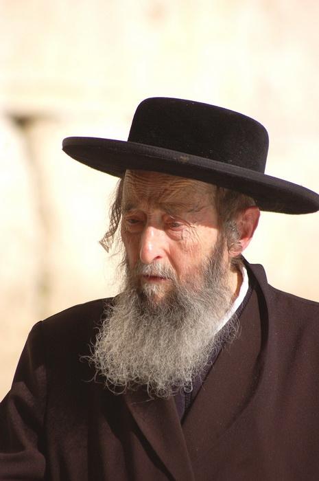 По длине пейсов и по одежде иудеи узнают членов своей общины