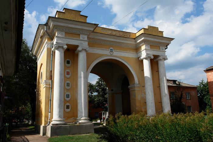 Триумфальная арка в городе Новгород-Северский сохранилась до настоящего времени