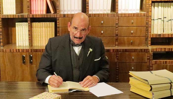 Образ Эркюля Пуаро - как его визитная карточка. С сайта sophiehannah.com