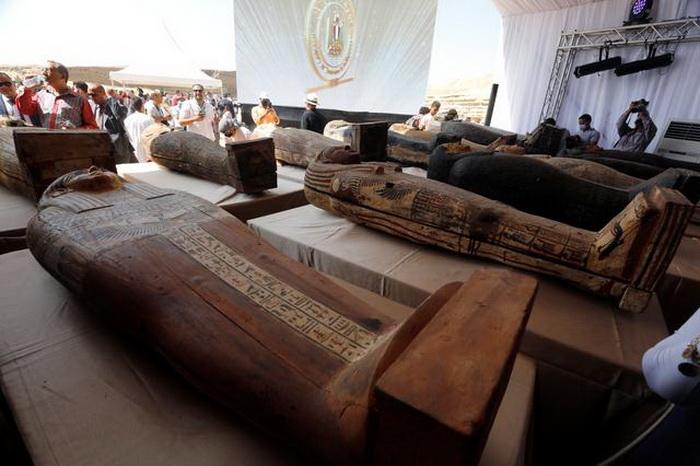 Сразу несколько десятков саркофагов обнаружили в Египте