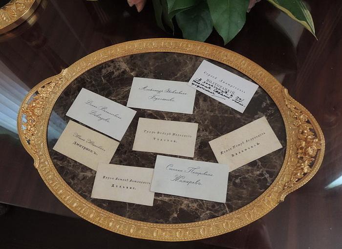 Поднос с визитными карточками в доме-музее В.Л. Пушкина. Светская жизнь сама диктовала новые правила игры: альбомы приятно разнообразили званые вечера