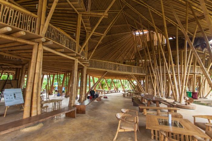 Основной строительный материал школы - бамбук