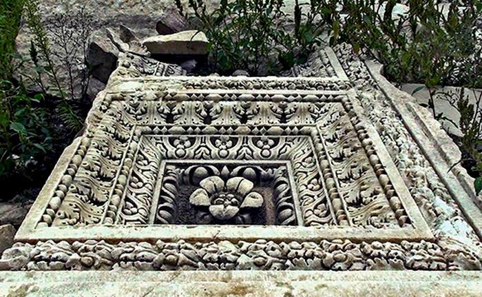 Фрагменты гробницы сохранились на удивление хорошо