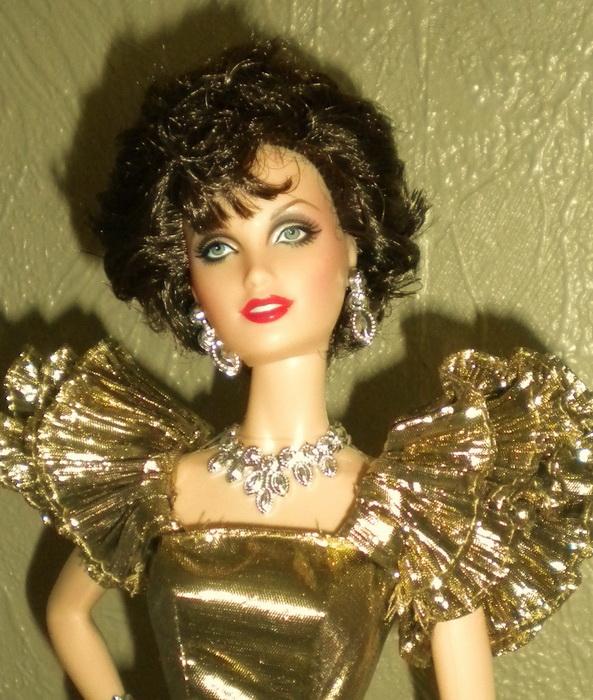 Популярность героини Коллинз в сериале «Династия» была такая, что были выпущены куклы в образе Алексис Колби