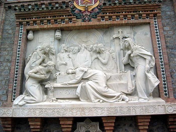 Горельеф работы А. Маринаса, украшающий лестницу в центре Теруэля