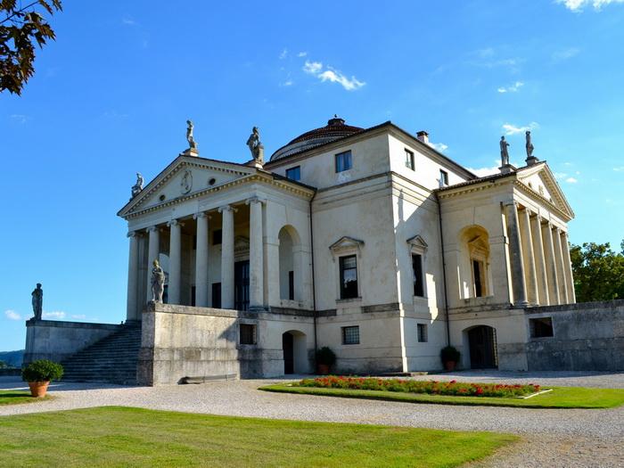 Вилла построена по образцу античного храма и сама стала образцом для подражания