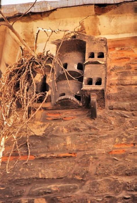 В зависимости от периода истории домики строили либо совсем скромными, либо великолепными дворцами