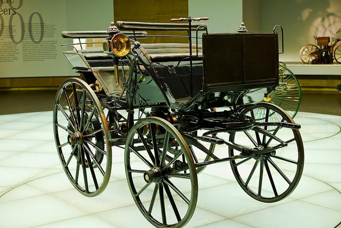 Моторизованная карета Даймлера - первый автомобиль с двигателем внутреннего сгорания