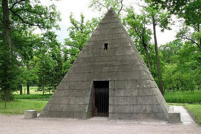 В 70-е годы XVIII века по инициативе Екатерины II была создана пирамида-усыпальница в Царском Селе. Там, в античных сосудах, покоился прах любимых собак императрицы
