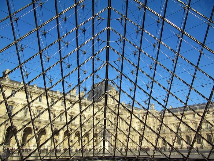 При создании пирамиды архитектор стремился к максимально возможной прозрачности стекла, для чего экспериментировал с его составом